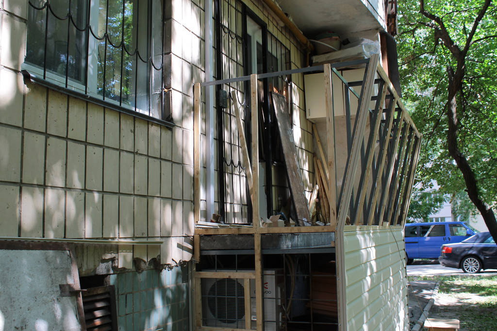 На первом этапе мы подшили пол, выварили каркас подвального помещения и сделали вынос по подоконнику. Также путем вываривания нового каркаса, мы выровняли балкон, так как планировка балконов в гостинках предполагает разные размеры боковых стен.