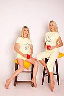 Піжама жовта жіноча футболка з принтом + капрі