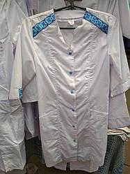 Жіночий медичний халат з вишивкою білий . р. 40-56