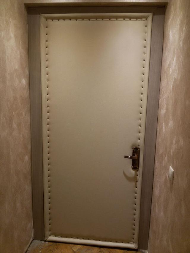 Дверь обшитая дермантином