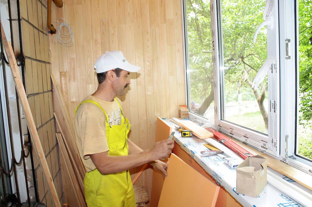 Также материал имеет небольшую толщину и не занимает полезную площадь балкона.