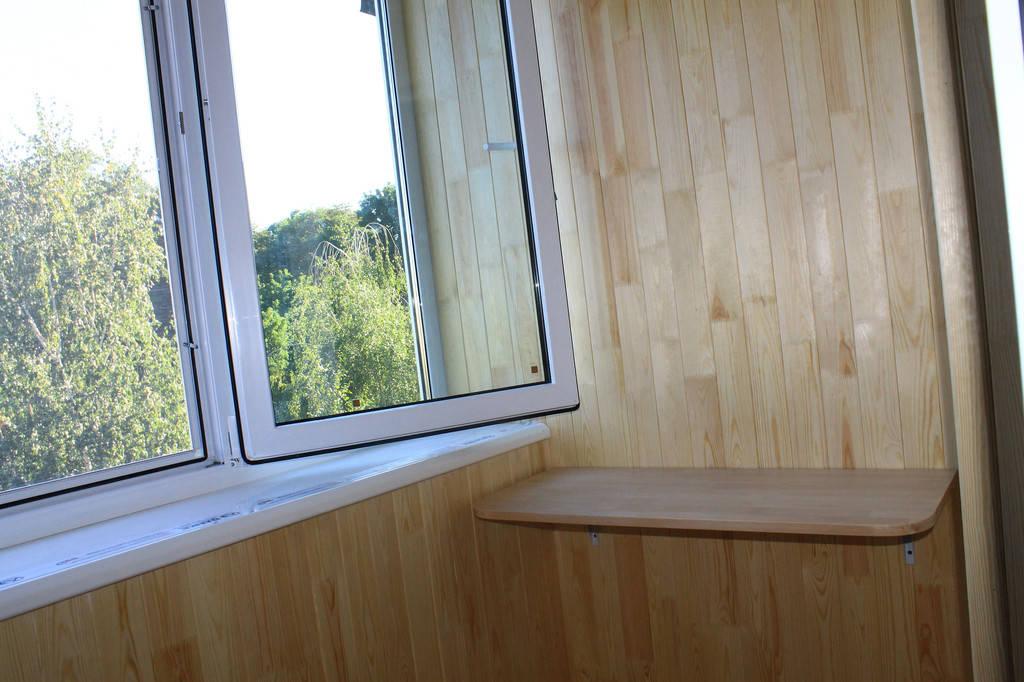 На балконе с одной стороны была установлена удобная и многофункциональная столешница с одной стороны.