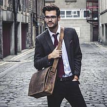 4 кожаные мужские сумки, которые следует купить к началу сезона
