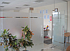Зонирующая стеклянная перегородка в офис с матовыми полосами