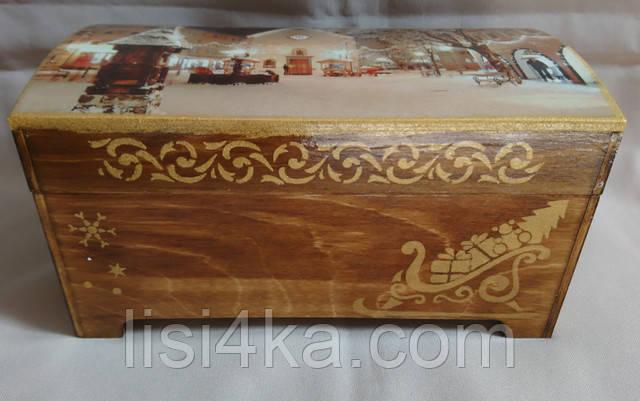 Деревянная коричневая шкатулка с рождественскими мотивами