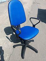 Кресло офисное б/у. Модель с стопками. Кож.зам Цвет:синий.