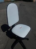 Кресло офисное б/у. Модель с стопками. Кож.зам Цвет:белый.