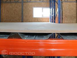На профнастил уложен лист МДФ толщиной 18 мм.