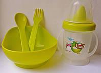 Детская посуда: поилочка, мисочка, ложечка и вилочка.