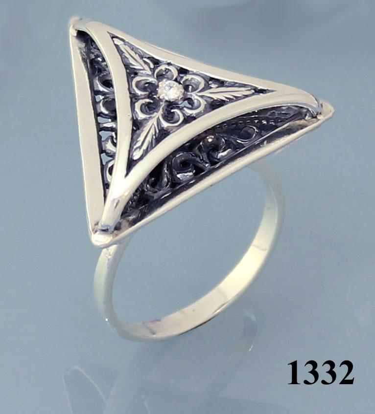 Кольцо из серебра с цирконием.