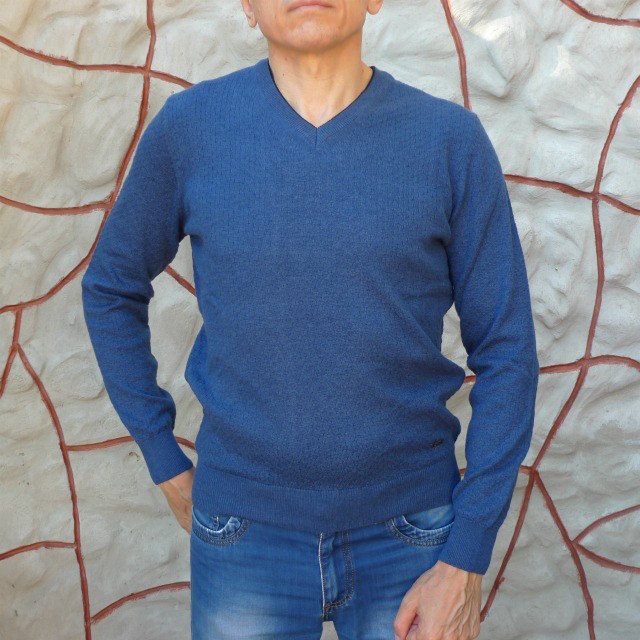 Мужской светло-синий свитер с мысом