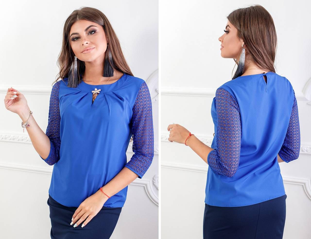 Блуза с кружевными рукавам и брошкой, бенгалин, модель 122, цвет - электрик