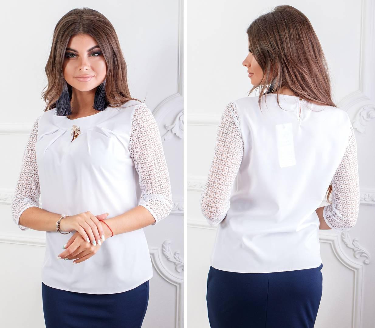 Блуза с кружевными рукавам и брошкой, бенгалин, модель 122, цвет - белый