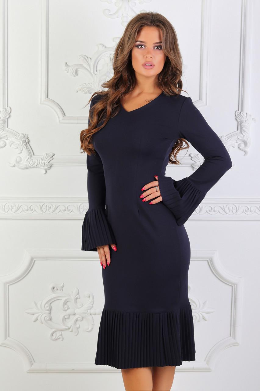 Красивое элегантное приталенное платье с плиссированными подолом и воланами на рукавах