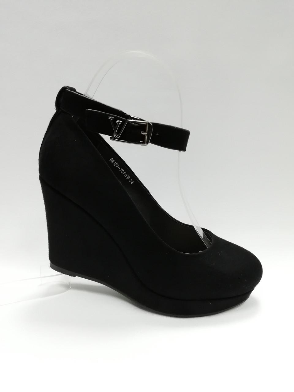 Замшевые туфли на танкетке .Маленькие ( 33 - 35 ) размеры.