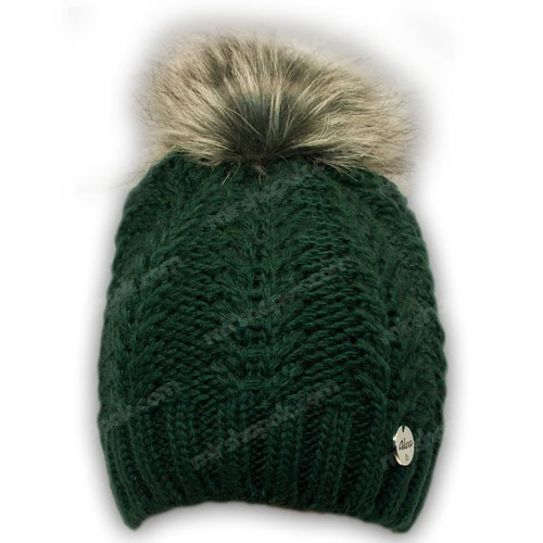 Вязанная шапка с бусинками