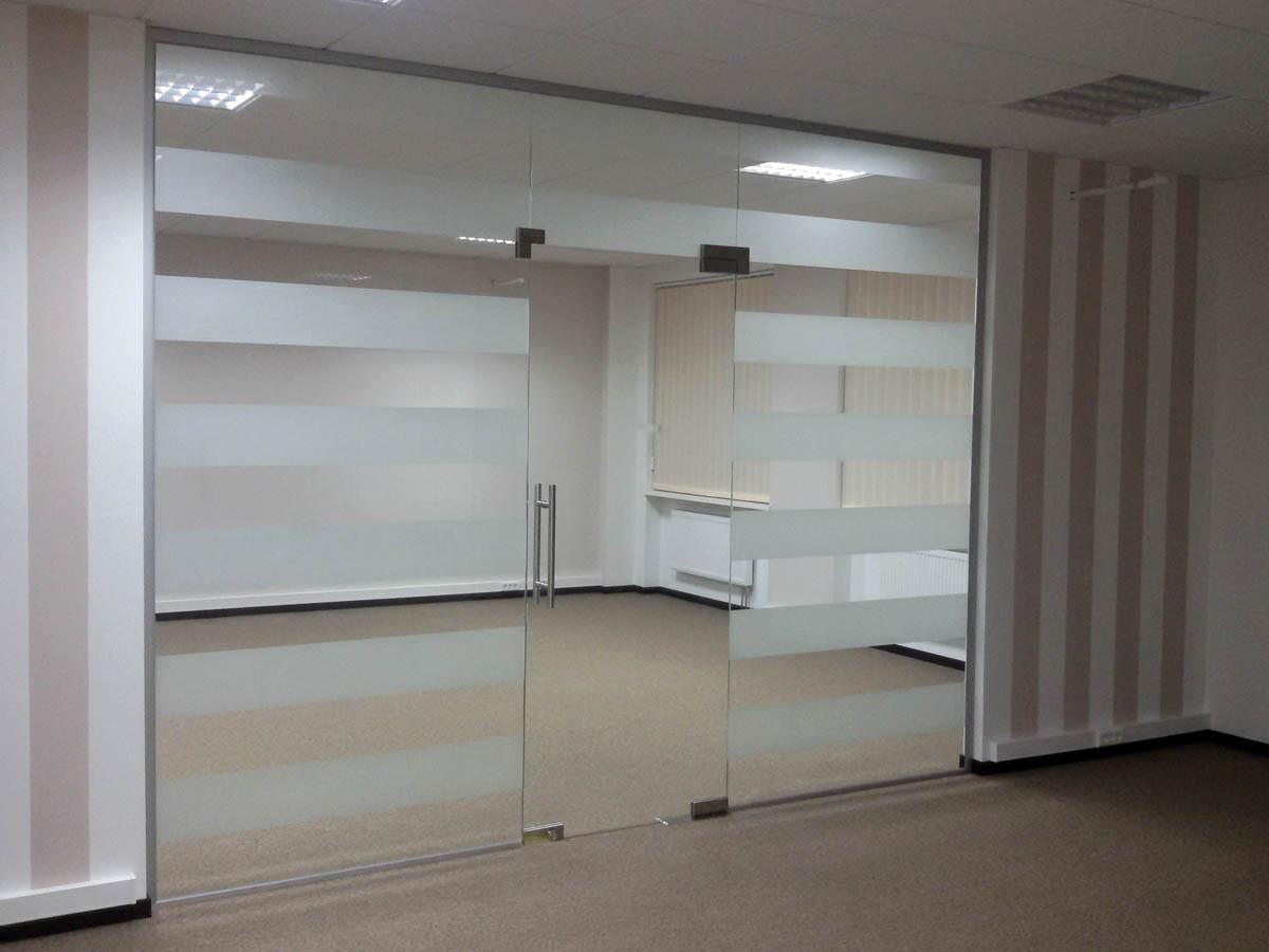 Офисная перегородка из стекла с матовыми полосами