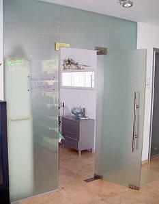 Стеклянная перегородка из матового стекла с маятниковой дверью