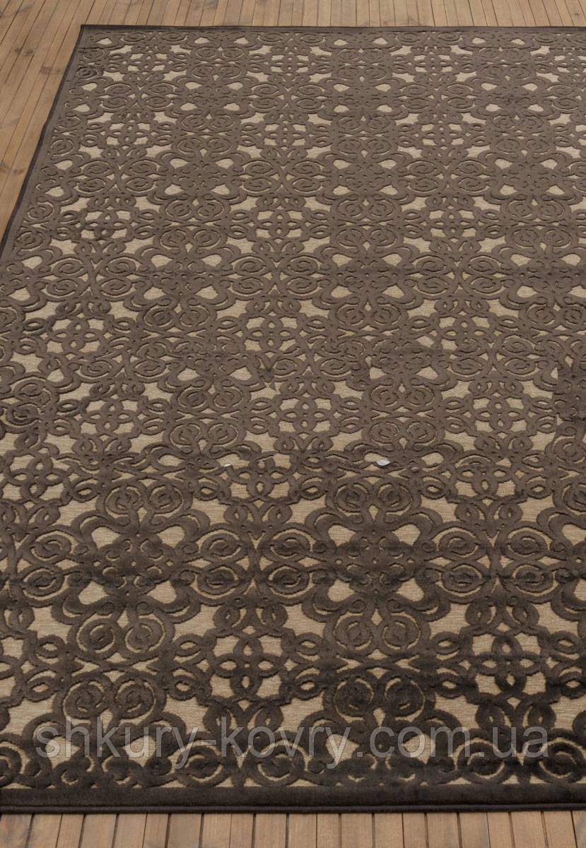 Красивый темно коричневый тонкий рельефный ковер из натуральной вискозы на кремовом фоне