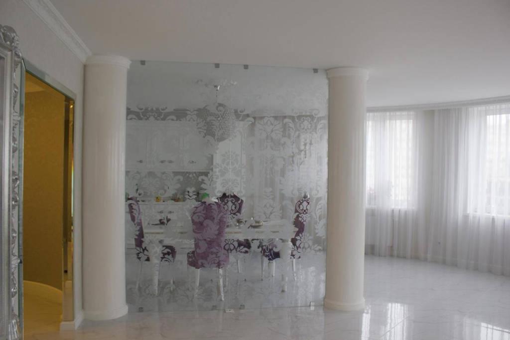 Стеклянная перегородка без двери с матовым рисунком на кухню