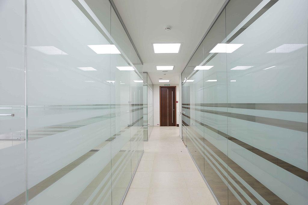 Стационарные стеклянные перегородки из каленного стекла с матовыми полосами