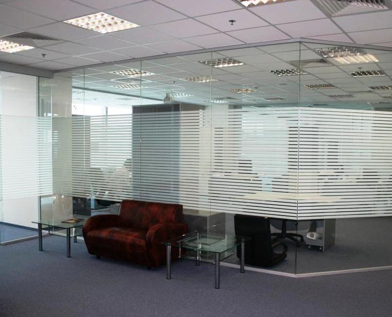 Стеклянная перегородка без двери для офиса с наклеенными белыми полосами