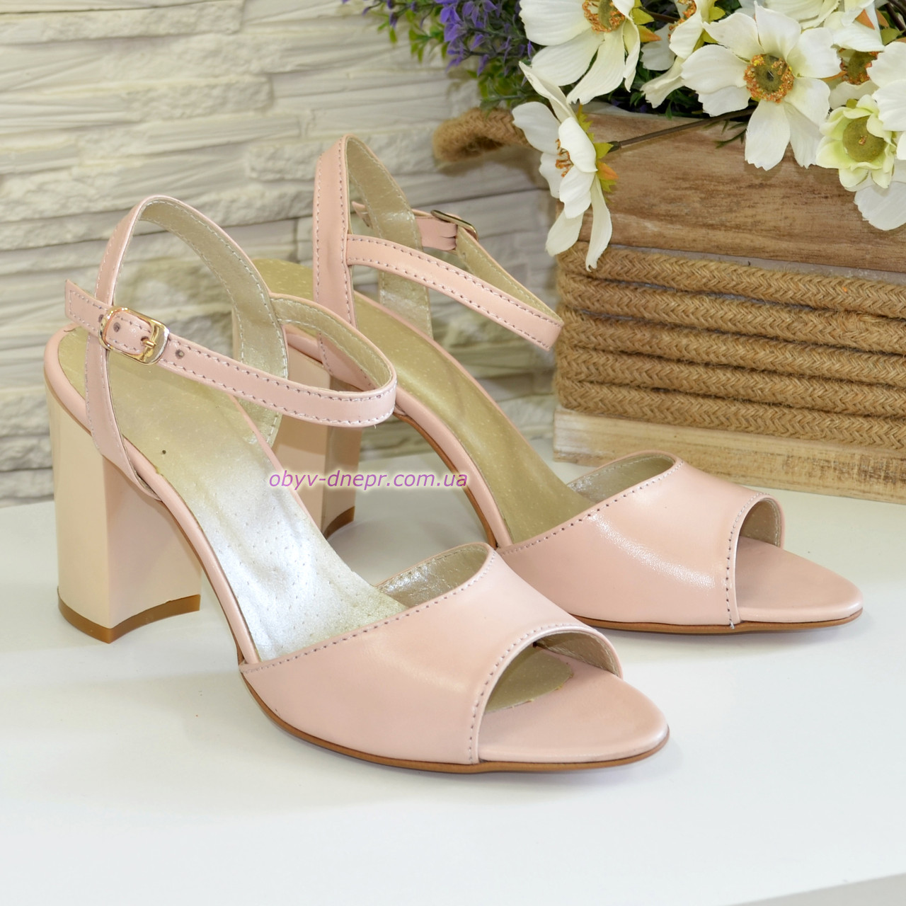 Женские кожаные босоножки на устойчивом каблуке, цвет пудра.