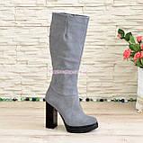 Сапоги женские демисезонные из натуральной замши серого цвета на высоком каблуке, без фурнитуры, фото 2