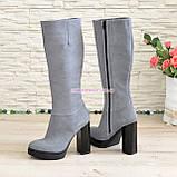 Сапоги женские демисезонные из натуральной замши серого цвета на высоком каблуке, без фурнитуры, фото 4