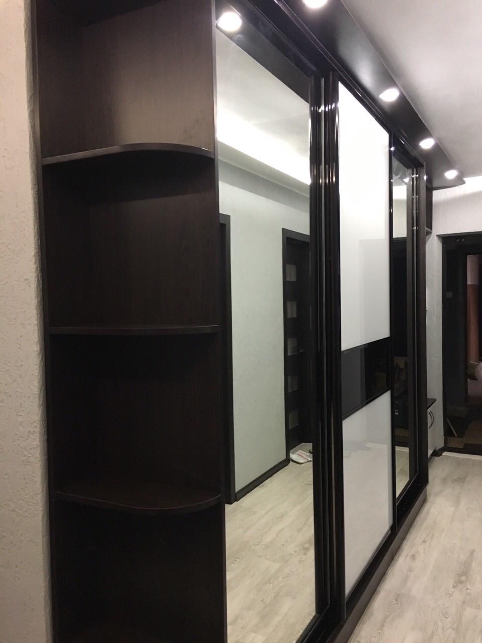 Шкаф купе в коридор на заказ c стеклами на фасаде профиль венге глянец