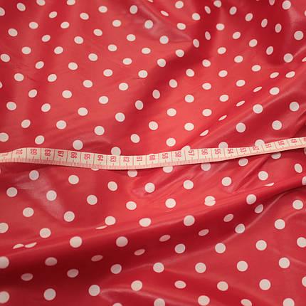 Плащевая ткань лаке принт горох на красном, фото 2