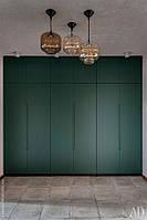 Шкаф в прихожую с зелеными фасадами на BLUM фурнитуре
