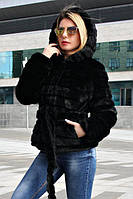 Женский полушубок в черном цвете из искусственного меха норка с капюшоном 39SU213