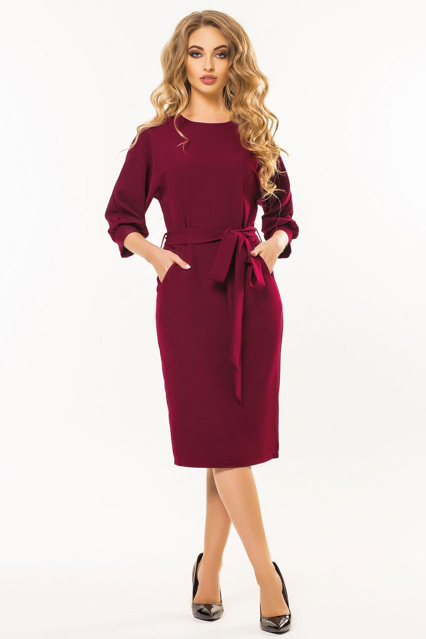 5d94d31d358 Стильное бордовое платье-футляр ниже колен с поясом и цельнокроеным рукавом  -