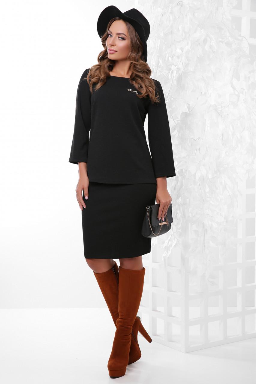 Жіночий діловий костюм-двійка з блузкою і спідницею до колін, однотонний чорний