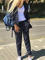 Женский деловой брючный костюм с поясом.
