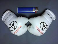 Боксерские перчатки в машину на стекло сувенир брелок Toyota PRADO белые