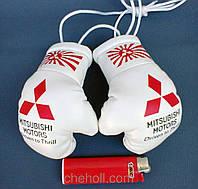 Боксерские перчатки в машину на стекло сувенир брелок Mitsubishi белые