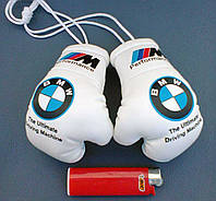 Мини боксерские перчатки в автомобиль BMW белые, брелок бмв
