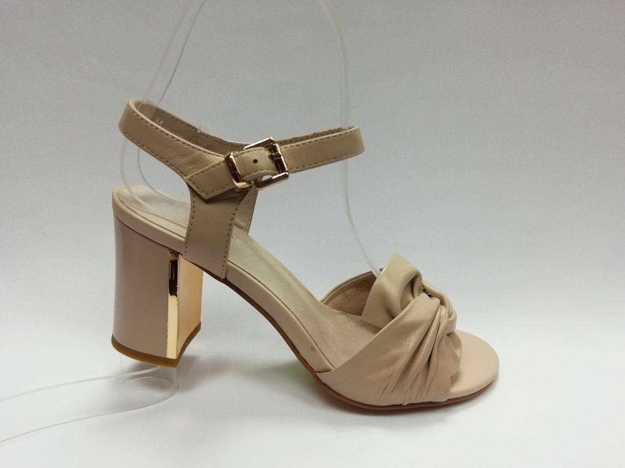 Открытые кожаные босоножки на каблуке. Маленькие (33 - 35) размеры.