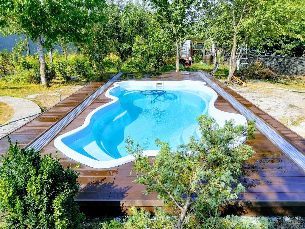 Террасная доска RENWOOD 3D на композитных лагах вокруг бассейна в с. Зелёный Бор Киевской обл.