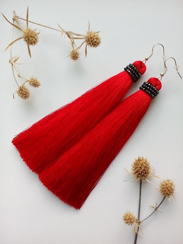 Серьги сережки кисточки красные с чернем бисером кисти кисть цвет красный длинные висячие вечернее черные