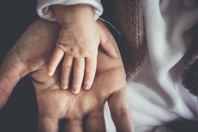 руки ребенка и папы