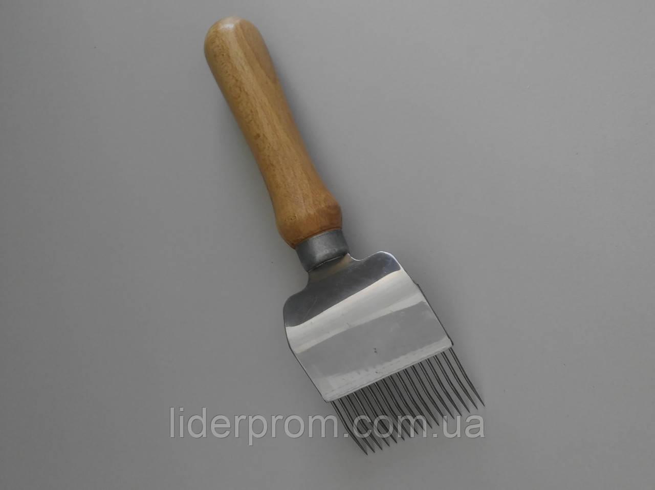 Вилка  для распечатывания  сотов 17 игл  с перегибом,нержавейка, ручка деревянная LYSON Польша