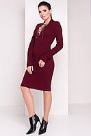 Теплое вязаное платье украшено шнуровкой
