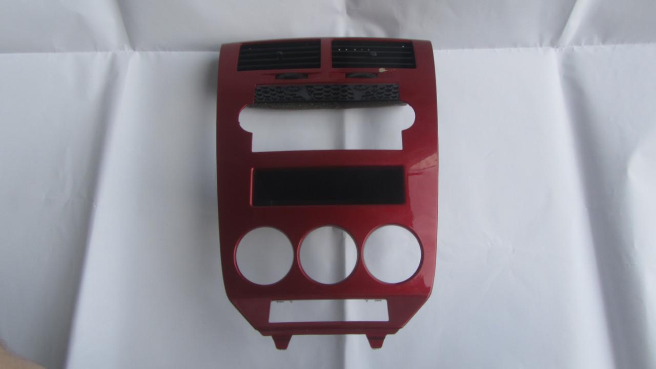 YD501RHAB 0YD501RHAB Накладка центральная красная Dodge Caliber (уценка)