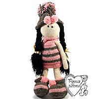 В'язана лялька у сіро-рожевому вбранні, дуже м'яка, 45 см