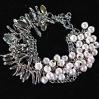 Браслет женский на цепочке с белыми жемчужинами и металлическими каплями светлый металл Код:719018939