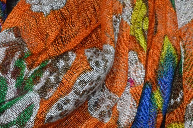 Оранжевый льняной шарф с орнаментом бабочек фото 2