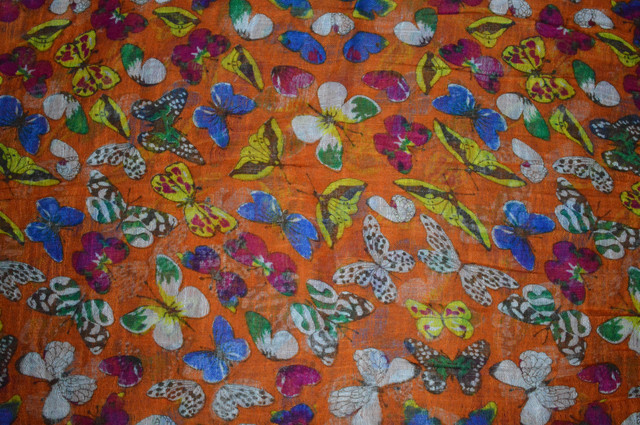 Оранжевый льняной шарф с орнаментом бабочек фото 3